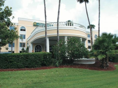 La Quinta Inn & Suites - Downtown - You deserve a day at the beach. Choose this La Quinta Inn & Suites Sarasota Downtown hotel facing the nearby Sarasota Bay and overlooking Long Boat Key. Just a short drive away you will discover several marinas with fishing, day excursions, boat tours & cruises and golf courses.