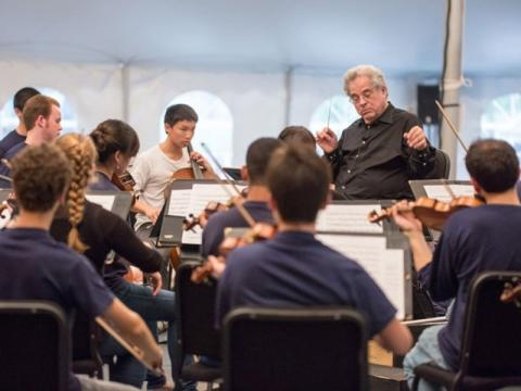 7199_640x480.jpg - Itzhak Perlman conducts a PMP String Orchestra Rehearsal during the PMP Sarasota Winter Residency.