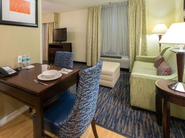 3672_640x480.jpg - One Bedroom Queen Suite - Homewood Suites by Hilton Sarasota