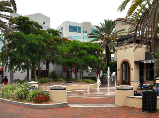 Links Plaza Park - Play fountain, golf statue, and historic marker.