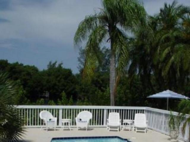 387_640x480.jpg - Siesta Key Bunglow's cozy pool