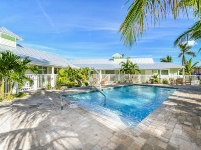 Resort-Pool-2 - Guests enjoy spacious accommodations and luxury amenities that you won't find in any hotel room. Each room has professional design, high-quality furnishings, and all the comforts of home.