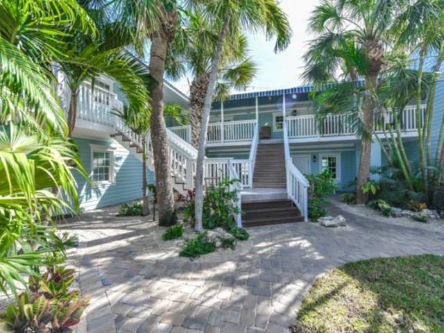 Resort-Courtyard-2 - Stay in style on Siesta Key when you book a luxury studio, 1 bedroom, 2 bedroom, or 3 bedroom unit at the Tropical Breeze Resort just steps from the beach and Siesta Key Village.
