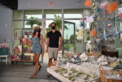 couple shopping in venice florida