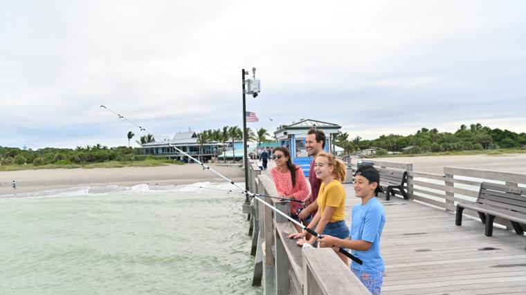 family fishing off the venice pier