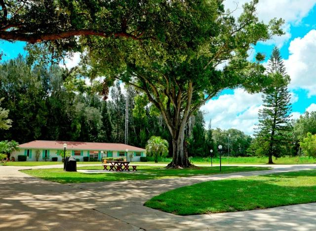 Pnic Area with Gas Barbeque - Addy's Villas large grounds provide room to enjoy Florida's beautiful weather. Have a picnic in our picnic area!