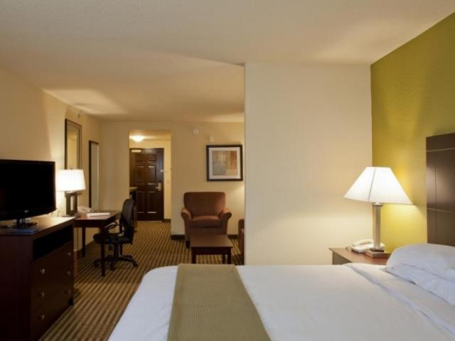 845_720x480.jpg - We offer oversized rooms with ample amenities.