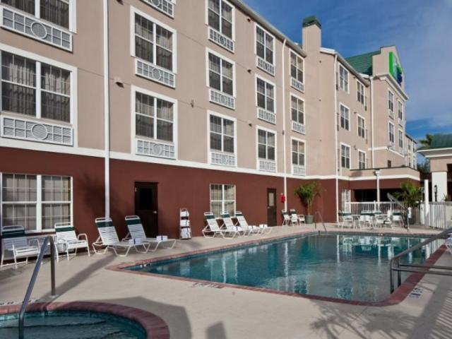 142_719x480.jpg - Take a dip in our sparkling clean pool or spa.