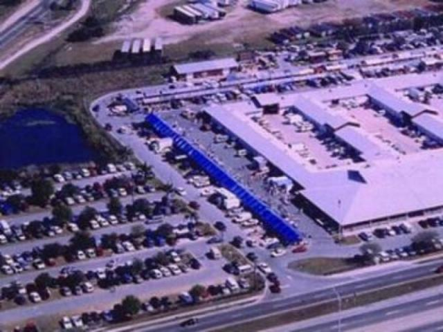330_640x480.jpg - An ariel view of the Red Barn Flea Market in Bradenton where US 41 and 301 meet at 17th Avenue.